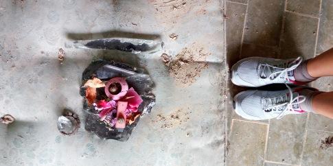 plastica, fiori e fragola sintetica